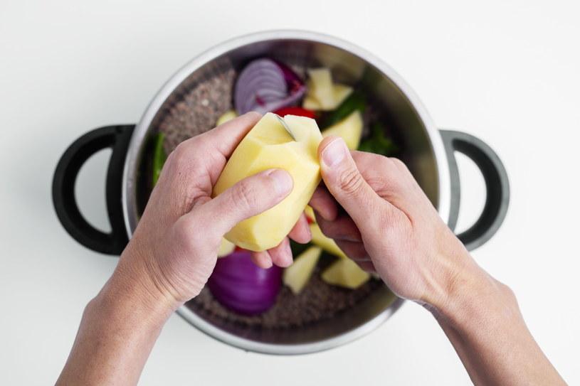 Ziemniaki gotujemy do momentu, aż staną się miękkie - zwykle to nie więcej niż 30 minut /123RF/PICSEL