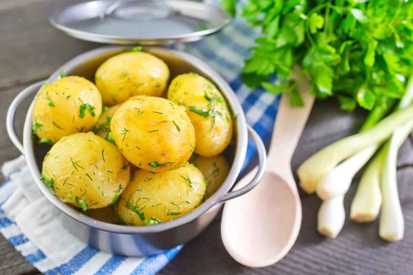 Ziemniaki nie tuczą, jeśli tylko nie smażymy ich na oleju i nie polewamy masłem lub skwarkami /123RF/PICSEL