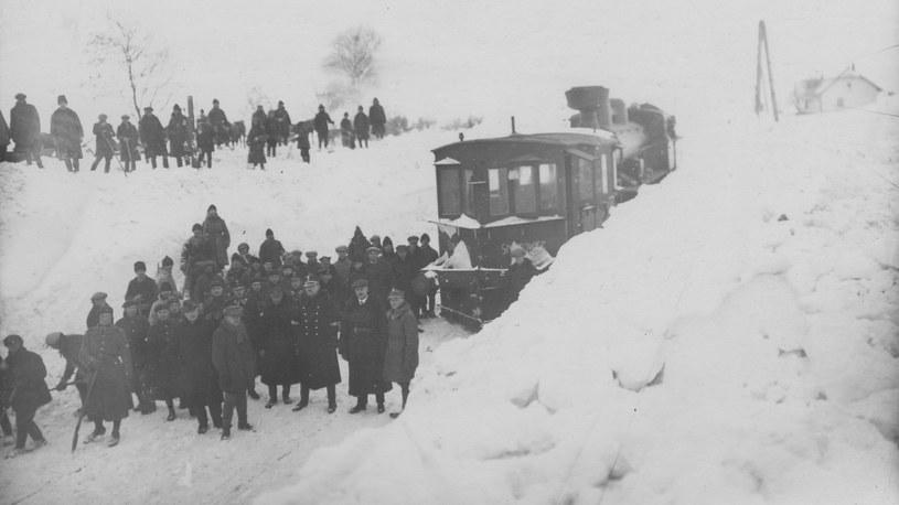 Zima 1929 roku. Odśnieżanie torów na linii Żurawica - Radymno /Z archiwum Narodowego Archiwum Cyfrowego