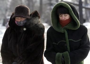 Zimą ludzie ogrzewają się jak mogą /AFP