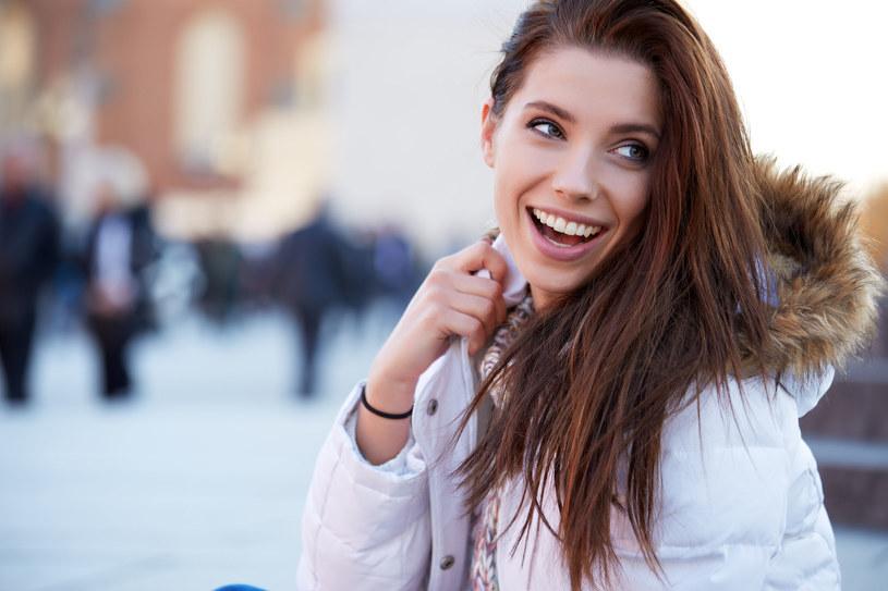 Zimą warto pielęgnować włosy olejkami /123RF/PICSEL