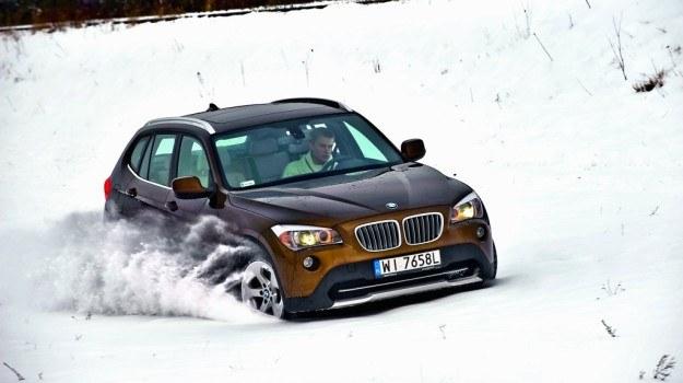 Zimą X1 pokazuje swoje zalety - napęd 4x4 ispory prześwit ułatwiają jazdę pośliskich drogach /Motor