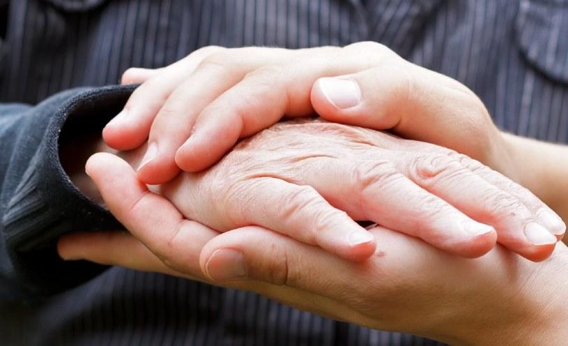Zimne dłonie bywają oznaką chorób? /©123RF/PICSEL