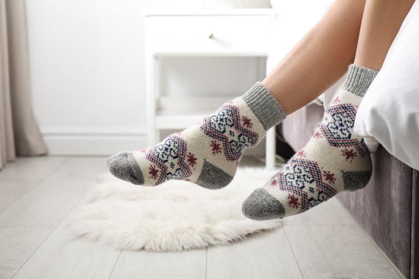 Zimne stopy i dłonie to problem wielu Polek /123RF/PICSEL