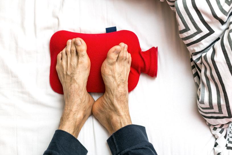 Zimne stopy to problem, z którym zmaga się bardzo duża część społeczeństwa /123RF/PICSEL