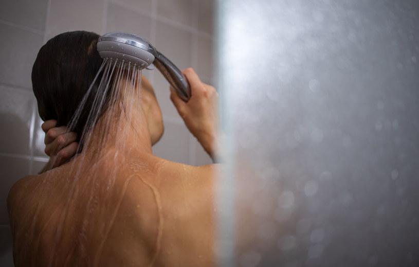Zimny prysznic znakomicie pobudza krążenie /123RF/PICSEL