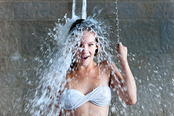 zimny prysznic /© Photogenica