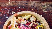 Zimowa sałatka, skarmelizowane pieczone cebule, orzechy włoskie i dressing barolo