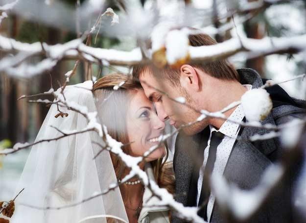 Zimowa sceneria może być bardzo romantyczna /Magazyn Wesele