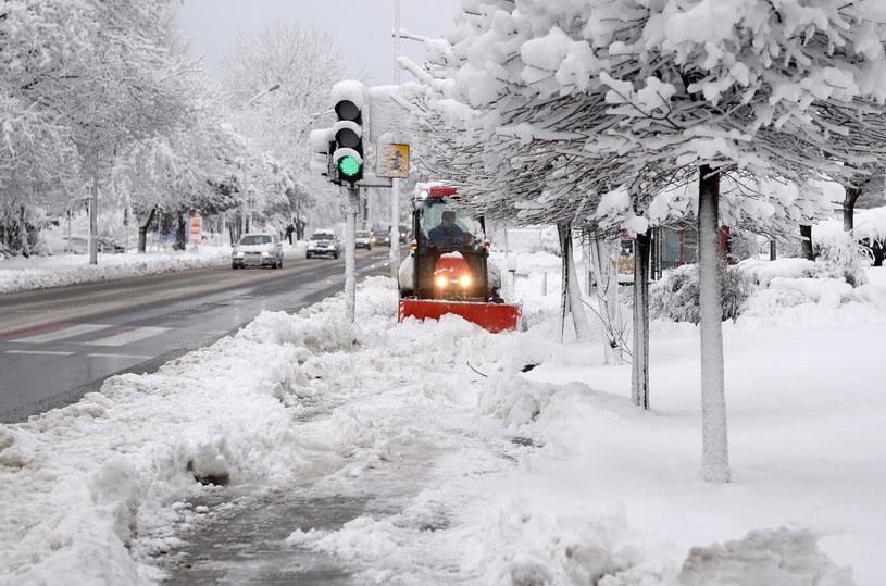 Zimowa sceneria po intensywnych opadach śniegu w Przemyślu /Darek Delmanowicz /PAP