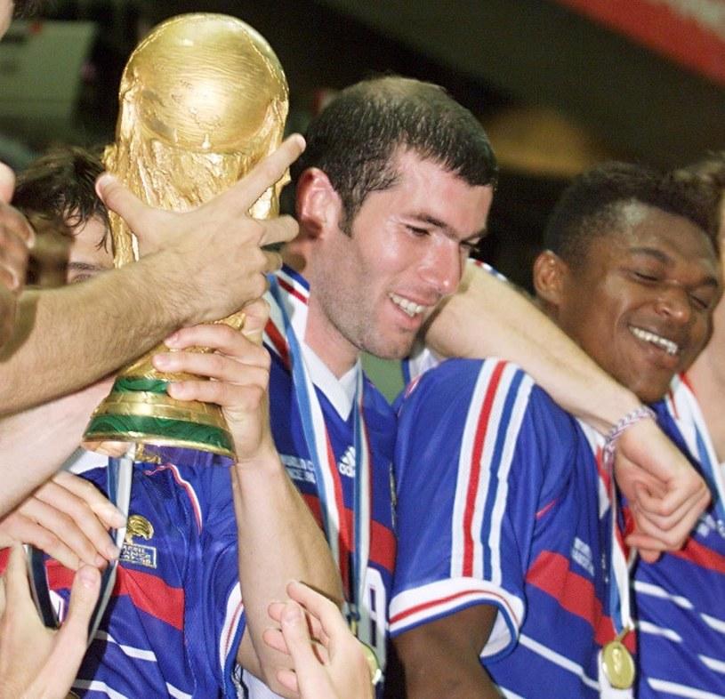 Zinedine Zidane i jego koledzy z reprezentacji Francji świętują mistrzostwo świata /AFP