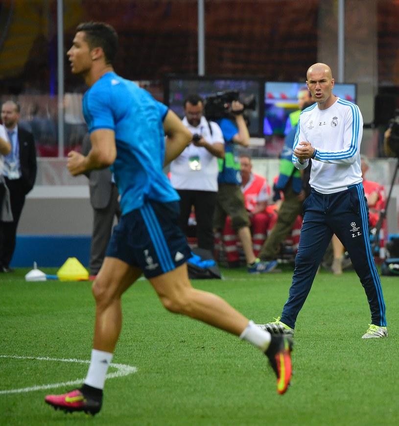 Zinedine Zidane podczas treningu, na pierwszym planie Cristiano Ronaldo /AFP