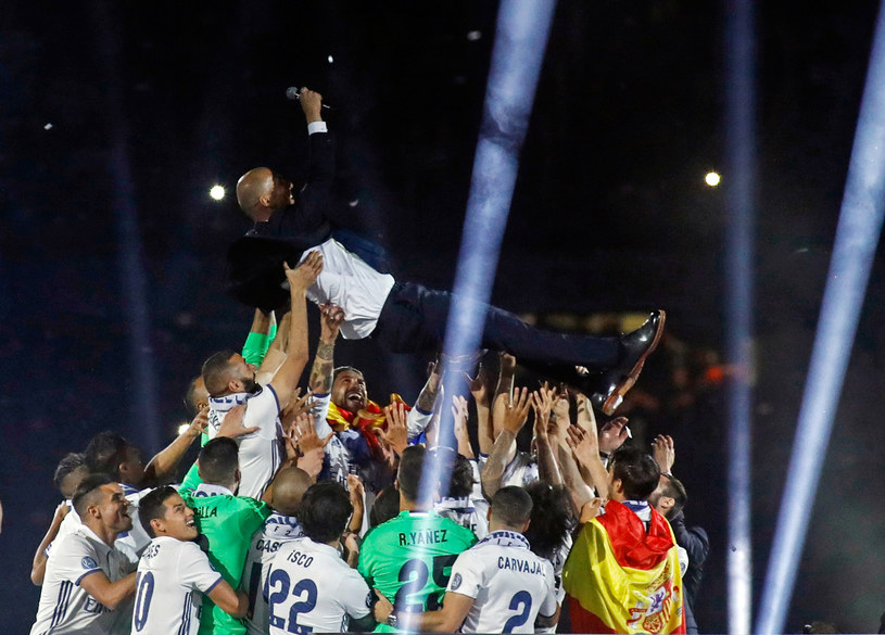 Zinedine Zidane podrzucany przez zawodników Realu Madryt /AFP