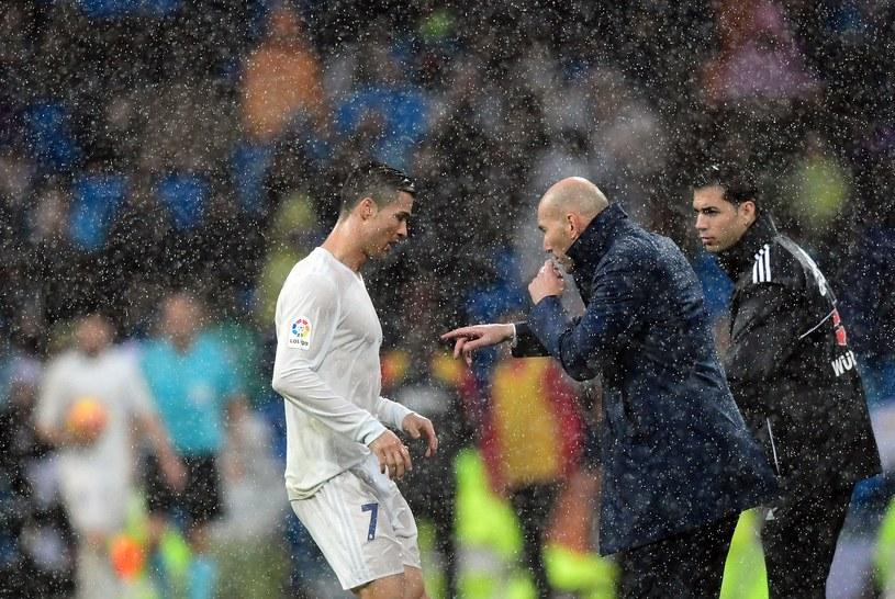 Zinedine Zidane przekazuje CR7 swoje wskazówki /AFP