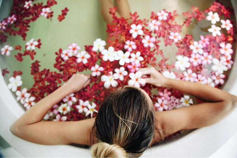Zioła, olejki eteryczne, świeże kwiaty sprawią, że kąpiel będzie jeszcze bardziej odprężająca /123RF/PICSEL