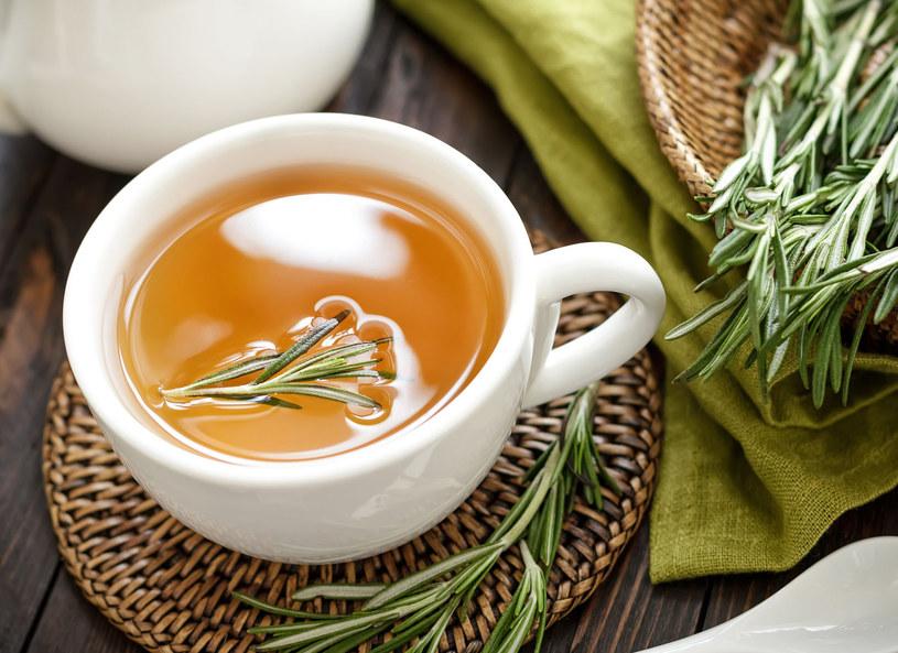Ziołowe herbaty pomogą odkwasić organizm /123RF/PICSEL