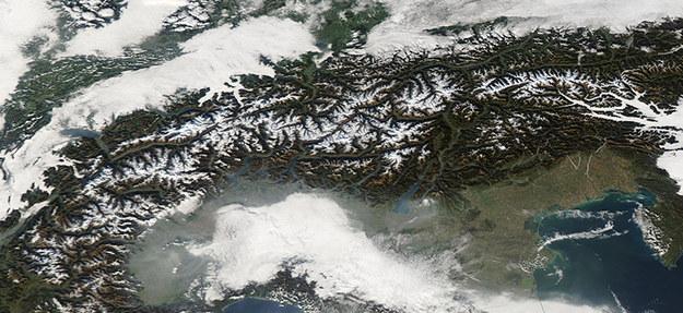 Zjawisko inwersji temperatury sprzyja zimą utrzymywaniu się mgły i smogu nad Szwajcarią i Północnymi Włochami /© NASA-OB-DAAC, AQUA - MODIS-Satellite /Materiały prasowe