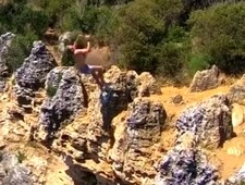 Zjawiskowe skoki z klifu w Australii. Wideo
