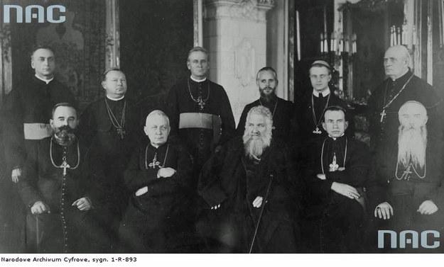 Zjazd biskupów unickich w 1927 r. W środku siedzi arcybiskup lwowski Andrzej Szeptycki /Z archiwum Narodowego Archiwum Cyfrowego