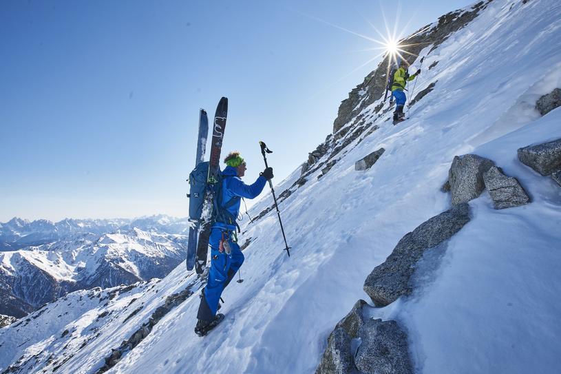 Zjazd ze szczytu góry poza wyznaczoną trasą daje ogromną dawkę adrenaliny. Dla osób, które rozpoczynają swoją przygodę ze skitouringiem, zalecane jest wzięcie instruktora /materiały prasowe