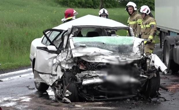 Zjechał na przeciwległy pas wprost pod ciężarówkę. 22-latek zginął na miejscu