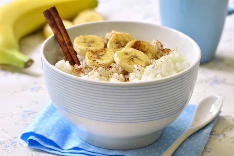 Zjedz owsiankę na wodzie z dodatkiem łyżeczki cynamonu i jednego pokrojonego owocu /123RF/PICSEL