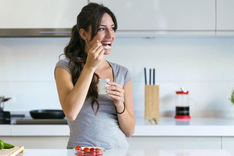 Zjedz śniadanie, nie rezygnuj z kolacji, ale zjedz ją najpóźniej dwie godziny przed snem /123RF/PICSEL