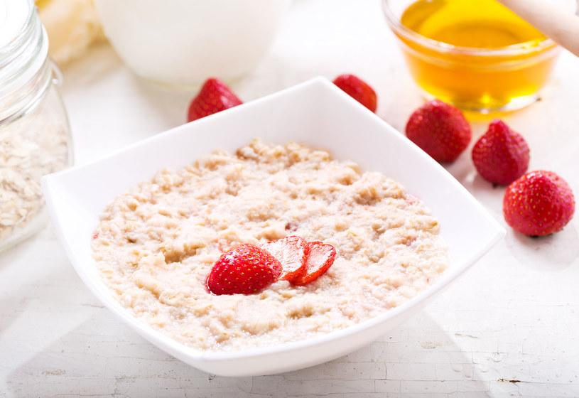 Zjedz śniadanie w ciągu 30 minut od obudzenia /123RF/PICSEL