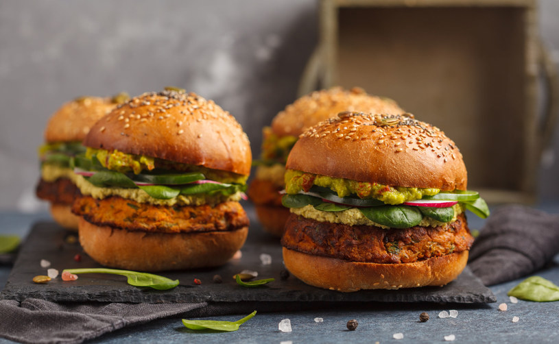 Zjedzenie hamburgera nie musi być zgubne dla naszej wagi i zdrowia /123RF/PICSEL