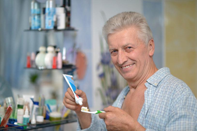 Zła higiena jamy ustnej może być przyczyną poważnych chorób /123RF/PICSEL