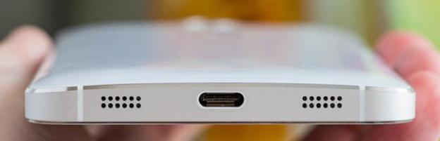 Złącze USB-C zadebiutowało jako następca micro USB, ale obecnie jest stosowane również poza segmentem urządzeń mobilnych. Na zdjęciu USB-C w smartfonie /Wikipedia