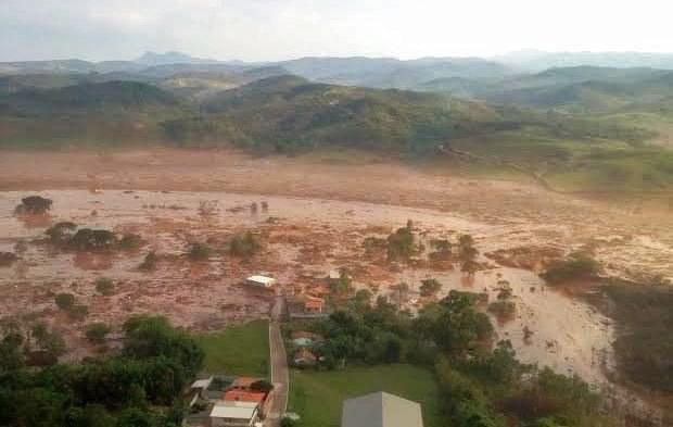 Złamała się zapora, miasto zalane. Są zabici /AFP