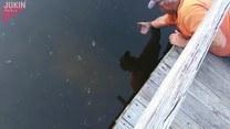 Złapał rybę za... pysk! Gołymi rękami