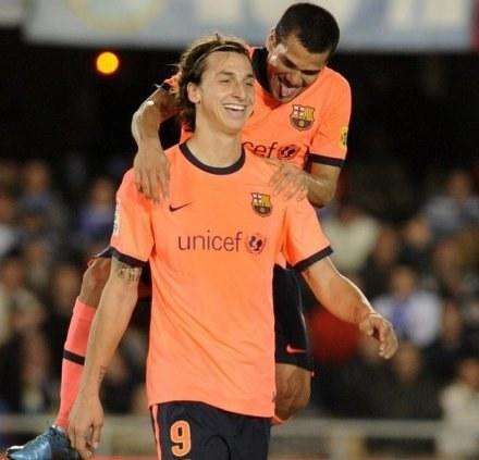 Zlatan Ibrahimović i Dani Alves cieszą się po golu Szweda w meczu z Xerez /AFP