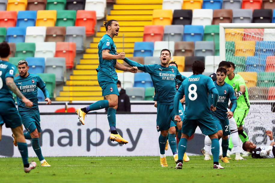 Zlatan Ibrahimovic świętuje z zespołem po zdobyciu bramki /GABRIELE MENIS /PAP/EPA