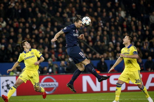 Zlatan Ibrahimovic w akcji /PAP/EPA/YOAN VALAT /PAP/EPA