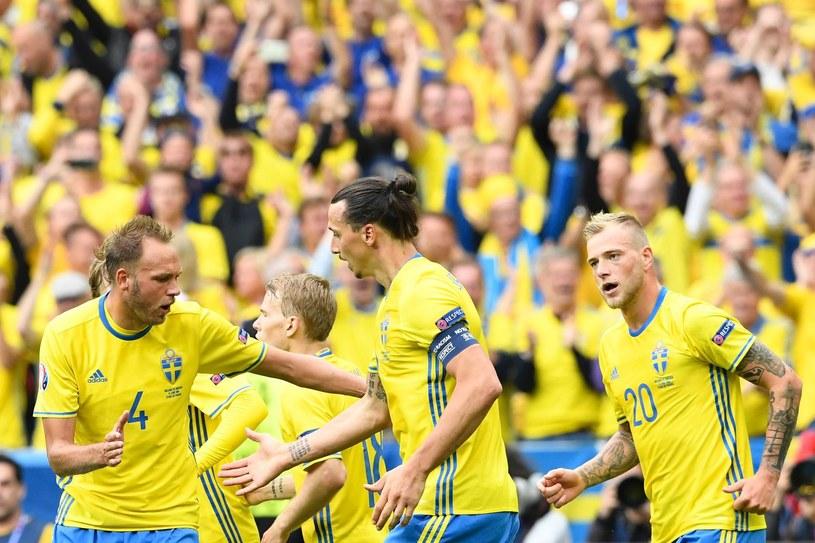 Zlatan Ibrahimović (w środku) oddał palmę pierwszeństwa Andreasowi Granqvistowi (z lewej) /AFP