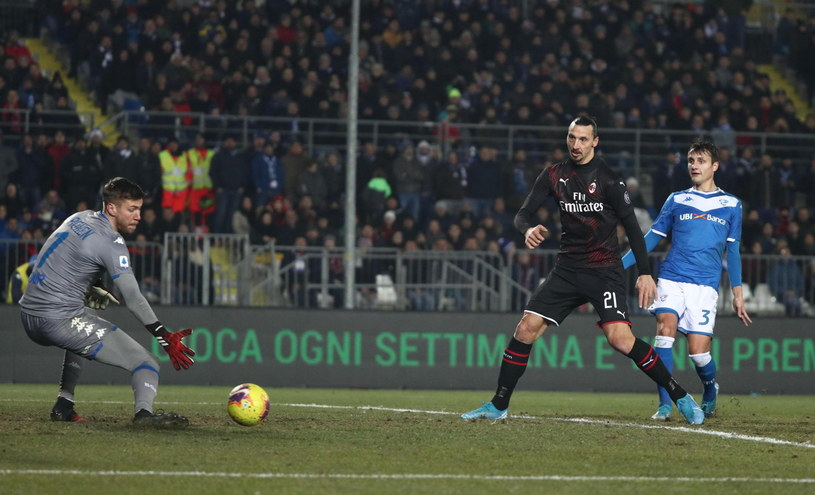 Zlatan Ibrahimović (w środku) tym razem nie zdobył bramki, ale zaliczył asystę /PAP/EPA/FILIPPO VENEZIA /PAP/EPA