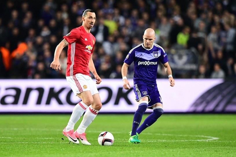 Zlatan Ibrahimović w starciu z Anderlechtem (z prawej obrońca brukselczyków Bram Nuytinck). /AFP