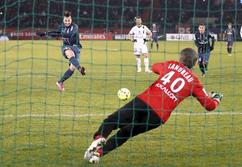 Zlatan Ibrahimović wykorzystuje karnego /AFP
