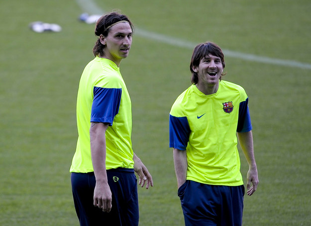 Zlatan Ibrahimović (z lewej) i Lionel Messi /AFP