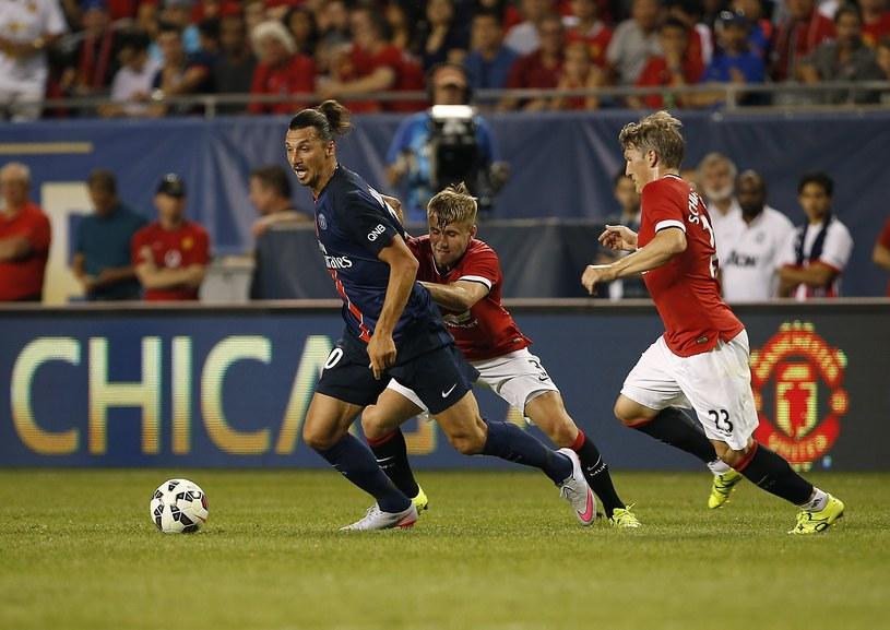 Zlatan Ibrahimović (z lewej) kontra Luke Shaw i Bastian Schweinsteiger /AFP