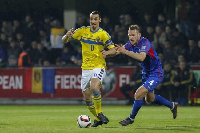 Zlatan Ibrahimović (z lewej) podczas meczu z Mołdawią /PAP/EPA