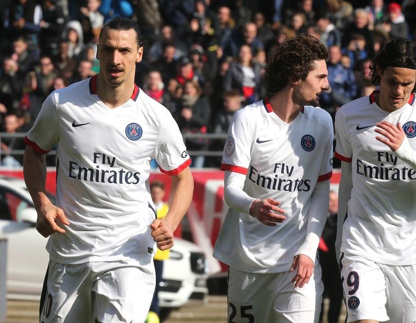 Zlatan Ibrahimović (z lewej) strzelił w meczu z Troyes trzy gole w dziewięć minut /AFP