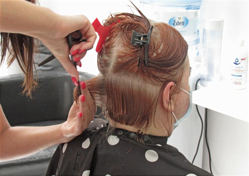 Źle dobrana fryzura i makijaż dodają kobiecie lat /Marek BAZAK/East News /East News
