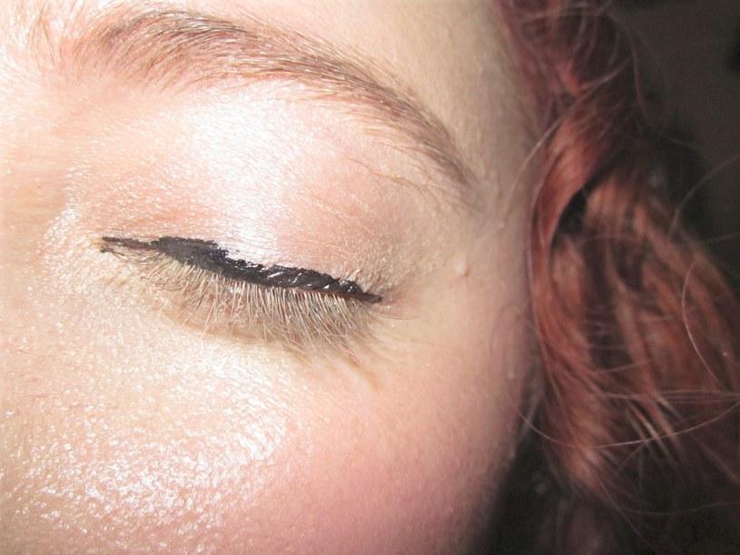 źle nałożony eyeliner /© Photogenica