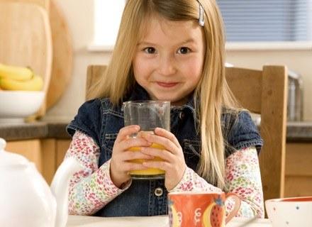 Złe nawyki żywieniowe często powstają już w dzieciństwie. /ThetaXstock