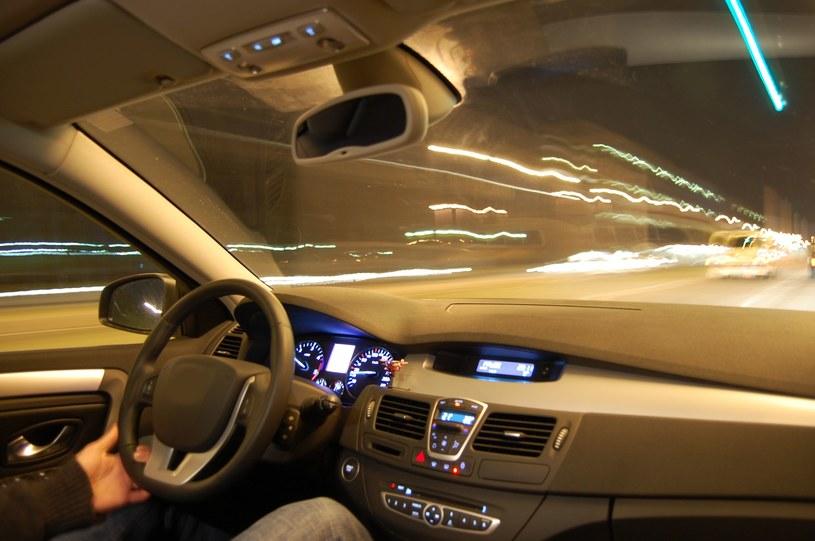 Źle widzisz, prowadząc samochód o zmierzchu? To może być kwestia witaminy A /123RF/PICSEL