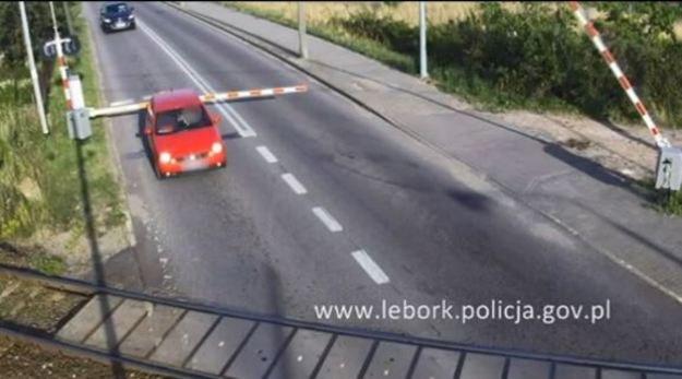 Zlekceważyła światła, wjechała na przejazd, złamała szlaban /Policja
