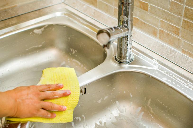 Zlew nie tylko trzeba regularnie myć, ale także dezynfekować